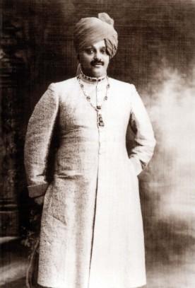 Le maharadja de Nawanagar. Son collier d'émeraudes et de diamants créé par Cartier en 1926 pesait 224,08 carats (archives Cartier Londres).