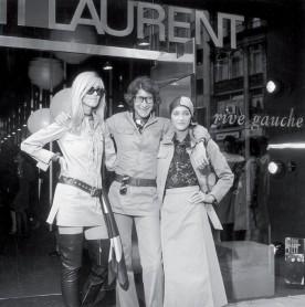 Yves Saint Laurent en 1969 entouré de Betty Catroux et Loulou de la Falaise.