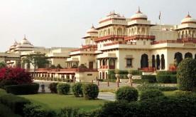 Le palais du Rambagh, construit pour la servante préférée de la reine en 1835. Il fut agrandi au début du XXème siècle et devint la résidence des maharadjas de Jaipur. Il a été converti en hôtel de luxe en 1972.