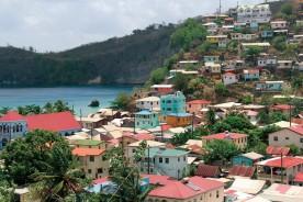 Le village de Canaries et ses maisons accrochées à la colline qui domine la mer.