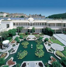 Le Palais d'Udaipur, palais de marbre blanc, situé sur le lac Pichola. L'archétype du palais des mille et une nuits, dont l'architecture très travaillée est rehaussée de balcons, jardins, fenêtres et fontaines. Aujourd'hui encore propriété de l'actuel maharadja, il a été transformé en hôtel en 1971 et a vu passer les plus grandes célébrités, de la reine d'Angleterre à Jackie Kennedy en passant par Mick Jagger, Brad Pitt et Angelina Jolie.