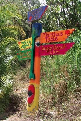 Un totem indicateur de l'artsiste Zaka que l'on trouve sur toute l'île.